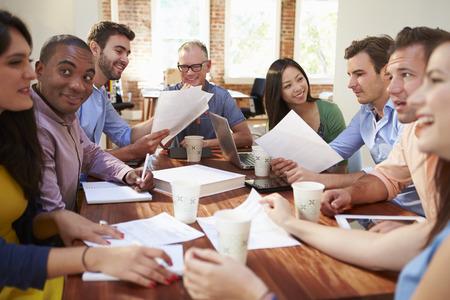 reuniones empresariales: Grupo de trabajadores de oficina reuniones para discutir ideas Foto de archivo