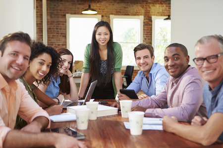 female boss: Portrait Of Female Chef mit Team in der Sitzung
