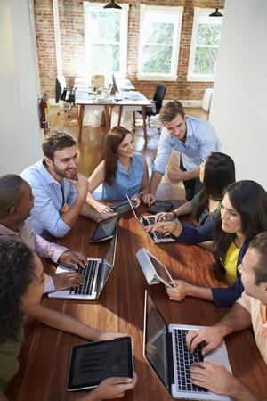 Grupo de trabajadores de oficina reuniones para discutir ideas Foto de archivo
