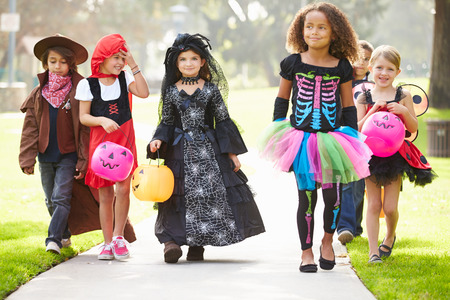 dynia: Dzieci w fantazyjny kostium Idąc trick lub leczenia Zdjęcie Seryjne
