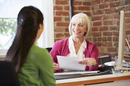 実業家のオフィスで女性求職者を面接 写真素材