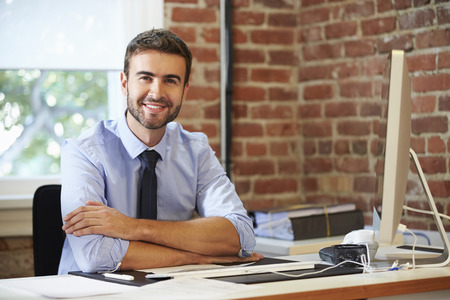 Man werken op de computer in de hedendaagse Office Stockfoto