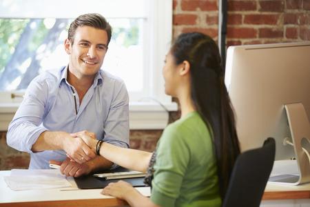 saludo de manos: Empresario Entrevista de trabajo femenino Solicitante En Office