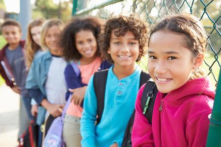 Группа молодых детей висит в площадка Фото со стока