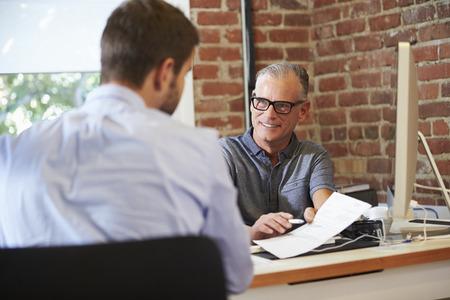 사업가 사무실에서 남성 구직자 인터뷰 스톡 콘텐츠