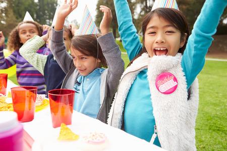 Gruppe von Kindern mit Outdoor-Geburtstags-Party-