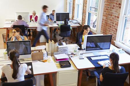 Gran angular Vista de la oficina ocupada Diseño con los trabajadores en Escritorios Foto de archivo - 42307663