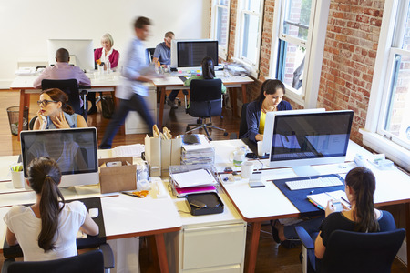 hombres trabajando: Gran angular Vista de la oficina ocupada Diseño con los trabajadores en Escritorios