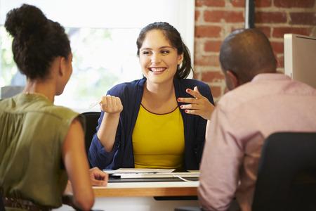 カップルはオフィスの金融アドバイザーと面談