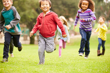 enfant qui joue: Groupe de jeunes enfants qui courent vers la cam�ra dans le parc