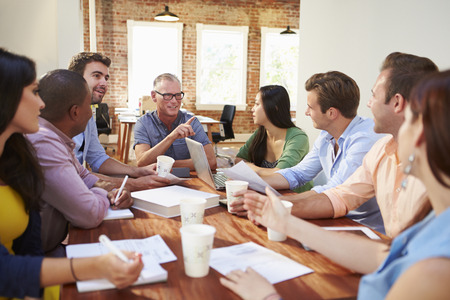 reunion de trabajo: Grupo de trabajadores de oficina reuniones para discutir ideas Foto de archivo