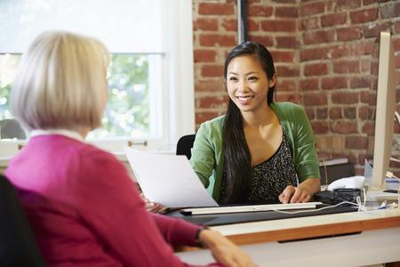 kavkazský: Žena podnikatelka pohovor uchazeče o zaměstnání V Office