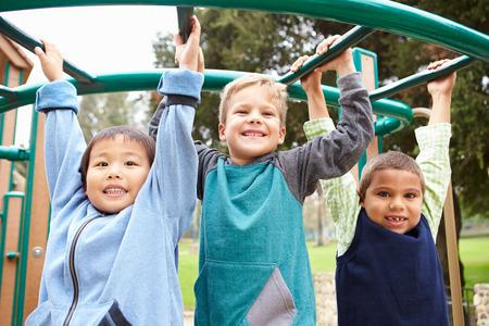 niños negros: Tres muchachos jóvenes en marco que sube en patio Foto de archivo