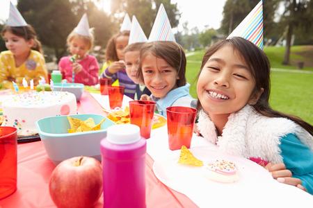 pastel de cumplea�os: Grupo de ni�os que tienen fiesta de cumplea�os al aire libre