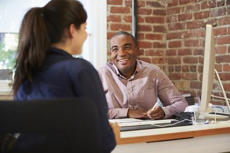 Empresarios y empresarias se encuentran en oficina creativa
