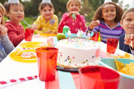 caras felices: Grupo de ni�os que tienen fiesta de cumplea�os al aire libre