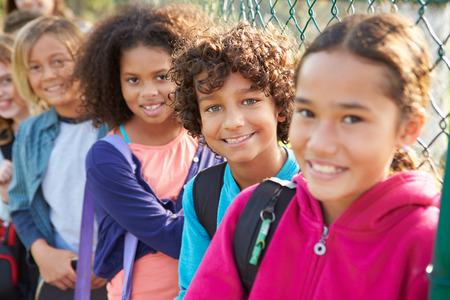 dětské hřiště: Skupiny malých dětí visí ven na hřišti Reklamní fotografie