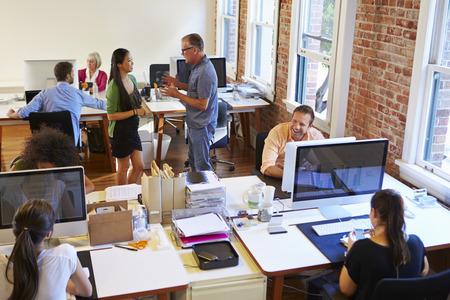 デスクで労働者と使用中の設計事務所の広角ビュー