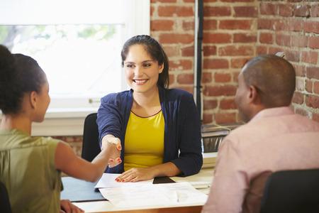 planificacion: Pareja Reunión con el consejero financiero en oficina Foto de archivo