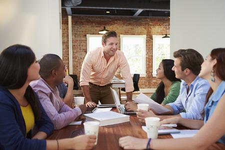 男性の上司が会議でオフィス ワーカーのアドレス指定