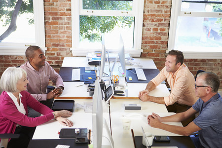 モダンなデザインのオフィスでデスクの労働者のグループ