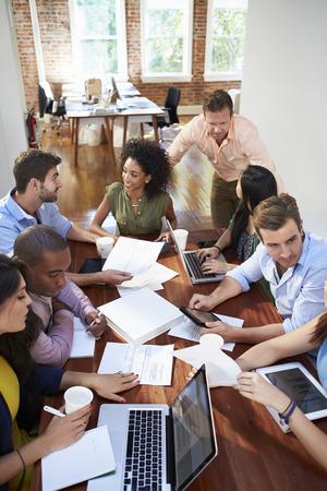 アイデアを議論するオフィス ワーカー会グループ