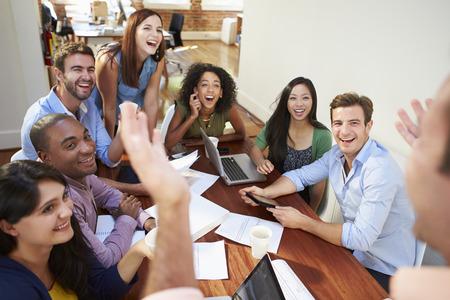 patron: Grupo de trabajadores de oficina reuniones para discutir ideas Foto de archivo