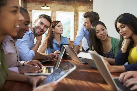trabajo oficina: Empresarios y empresarias Reunión para discutir ideas