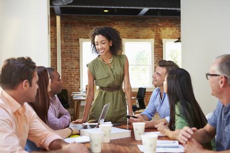 Vrouwelijke baas aanpakken Beambten Op Vergadering Stockfoto
