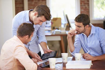 ejecutivos: Grupo de hombres de negocios Reunión para discutir ideas Foto de archivo