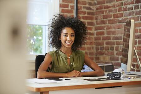 Frau am Computer im Büro Moderne Standard-Bild