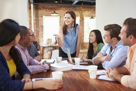 female boss: Female Boss Adressierung B�roangestellte an der Meeting