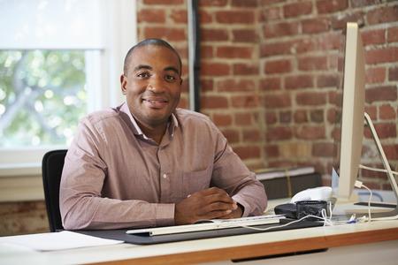 hombres de negro: Hombre de trabajo en equipo en la Oficina Contemporáneo