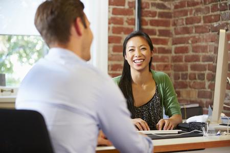 personas trabajando: Empresaria Entrevista Masculino Trabajo Solicitante En Office