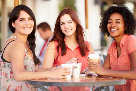 Tres amigos femeninos Reunión En Caf