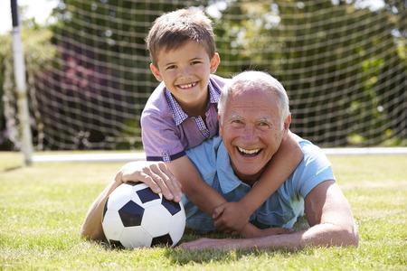 Porträt von Großvater und Enkel mit Fußball Standard-Bild - 42308646