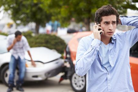 coche antiguo: Teenage Making Conductor Phone Call Despu�s de Accidentes de Tr�nsito Foto de archivo
