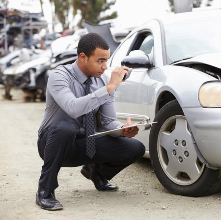 accidente trabajo: Ajustador de p�rdida que toma la fotograf�a de los da�os a Car