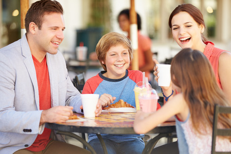 niños de compras: Familia que disfruta de un aperitivo en Caf