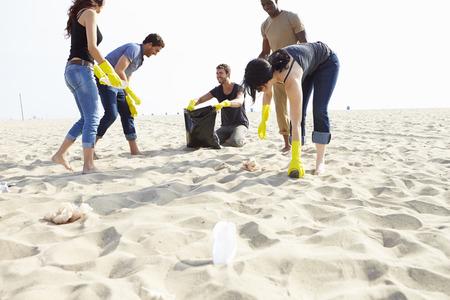 자원 봉사자의 그룹은 해변에 쓰레기를 정리하는