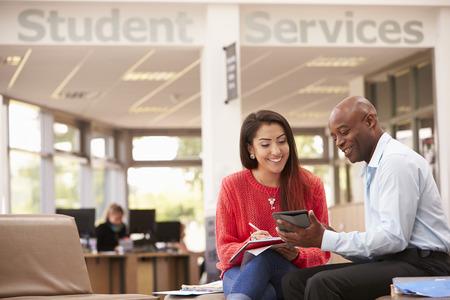 대학생 취업을 논의하기 위해 교사와 함께 회의를 갖는 스톡 콘텐츠