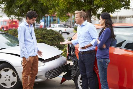 Dos conductores Discusión Después de Accidentes de Tránsito Foto de archivo - 42308745