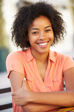 afroamericanas: Retrato de la mujer sonriente afroamericano Foto de archivo