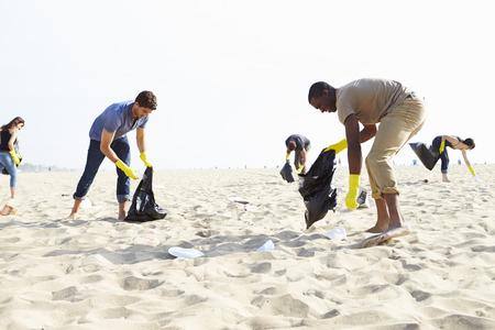 Grupo de voluntários a arrumar o lixo na praia Foto de archivo - 42308939