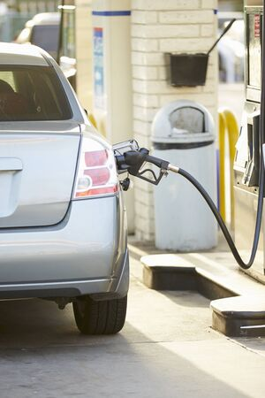 estacion de gasolina: Llenado del coche en la gasolinera