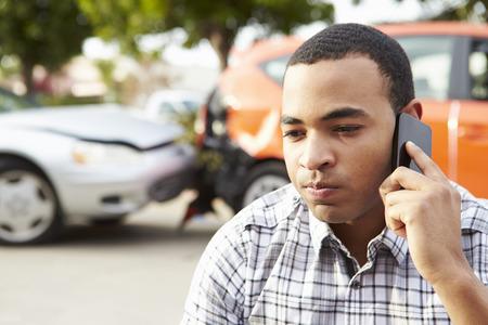 交通事故後の携帯電話をかける男性のドライバー 写真素材