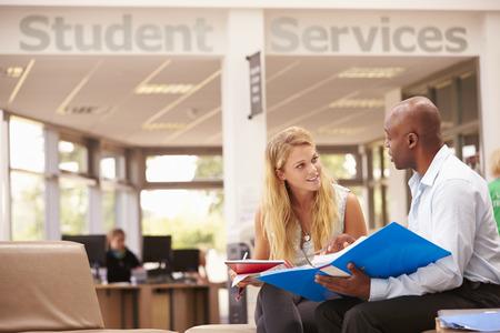 hombres negros: Estudiante universitario Tener Reunión Con tutor para discutir el trabajo