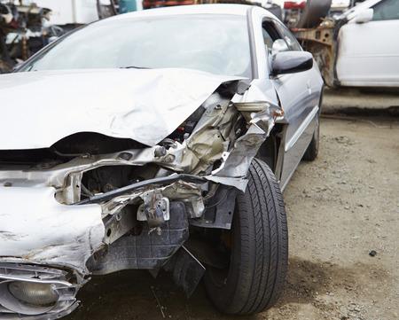 交通事故に関与する車を破損