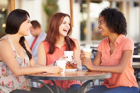 sexo femenino: Tres amigos femeninos Reuni�n En Caf