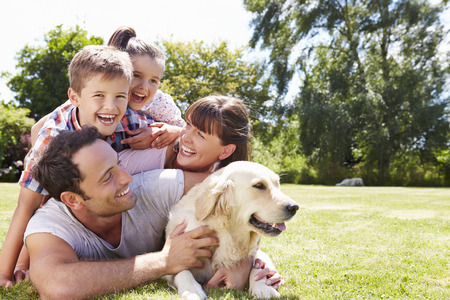 가족: 애완 동물 강아지와 함께 정원에서 편안한 가족